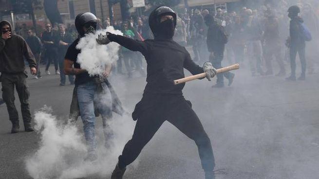 Genova, scontri antifascisti-polizia per il comizio di CasaPound (Ansa)