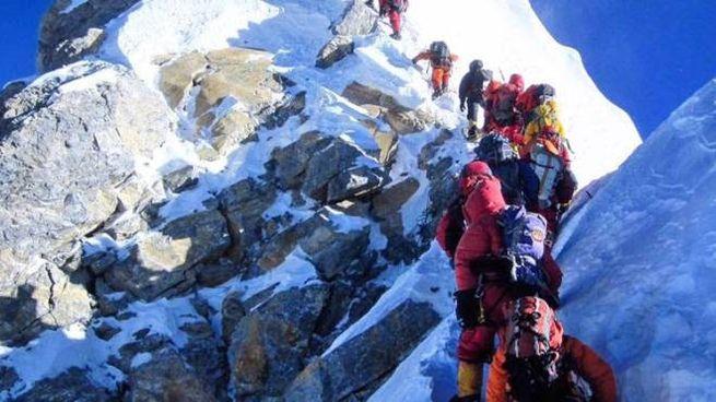 Scalatori verso la cima dell'Everest