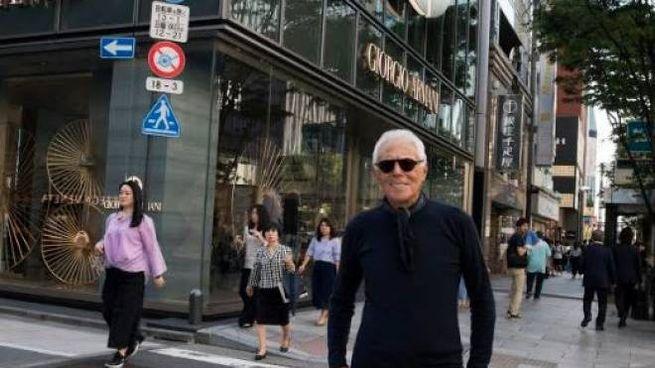 Giorgio Armani a Tokyo davanti alla Armani Ginza Tower