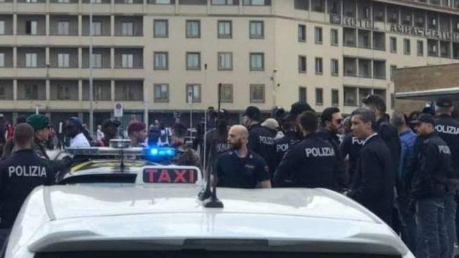 La polizia di fronte alla stazione