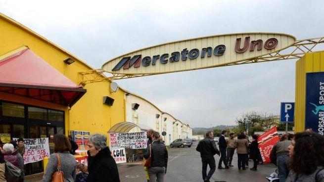 Mercatone Uno, protesta dei lavoratori in una foto d'archivio (Ansa)