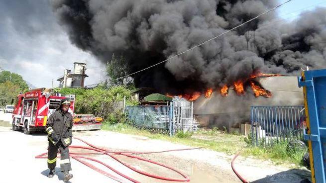 L'incendio al rimessaggio delle barche (foto Aldo Umicini)