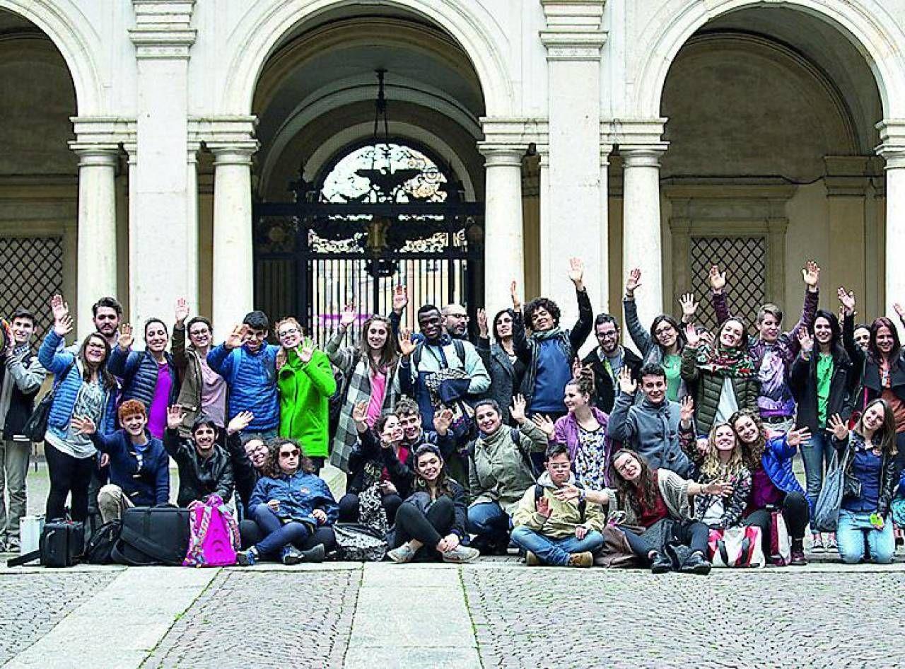 Una foto di gruppo della compagnia. De 'Gli insuperabili'. fanno. parte studenti ed ex studenti del liceo Sigonio.