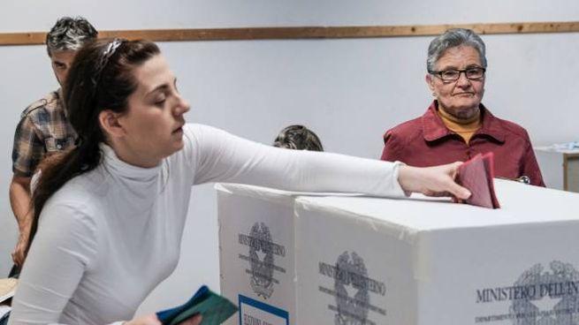Elezioni 2019, un seggio fiorentino (foto NewPressPhoto)