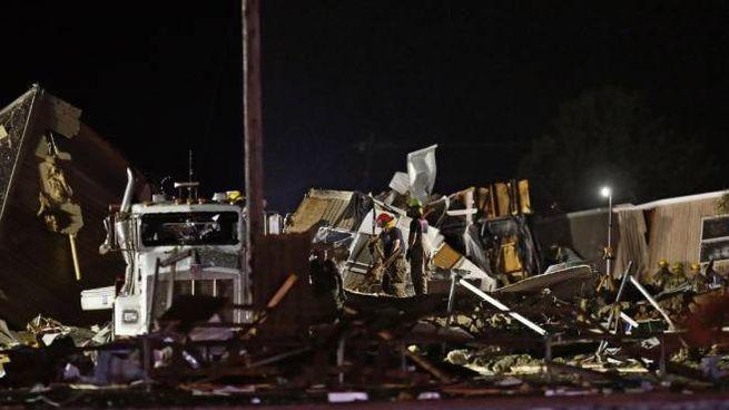 Soccorritori cercano tra le macerie dell'hotel travolto dal tornado in Oklahoma (Ansa)