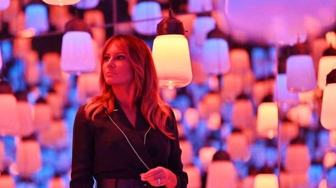 Melania Trump durante la visita al Mori Building Digital Art Museum (Ansa)