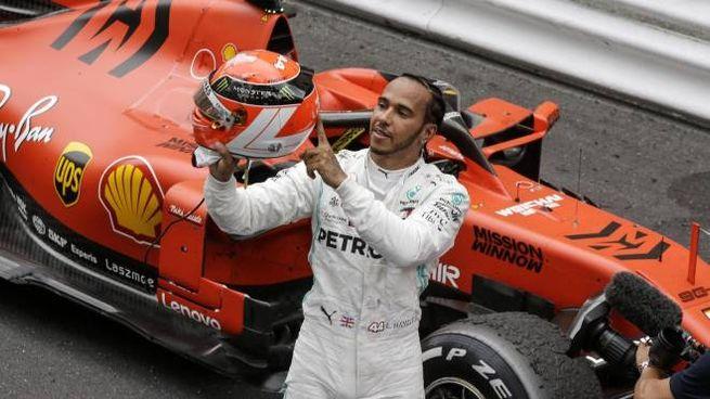 Lewis Hamilton mostra il casco con cui omaggia Niki Lauda (Ansa)