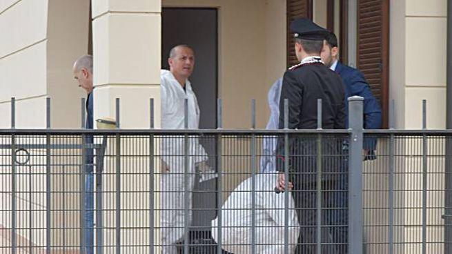 I carabinieri nella villetta dell'omicidio