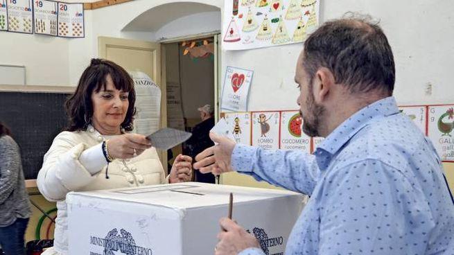 Un seggio alla Spezia (foto Frascatore)