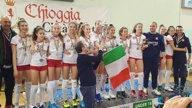 La squadra Vivisette volley di Settimo durante la premiazione a Chioggia