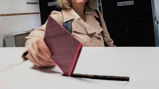 Una elettrice al voto, foto di repertorio (New Press Photo)