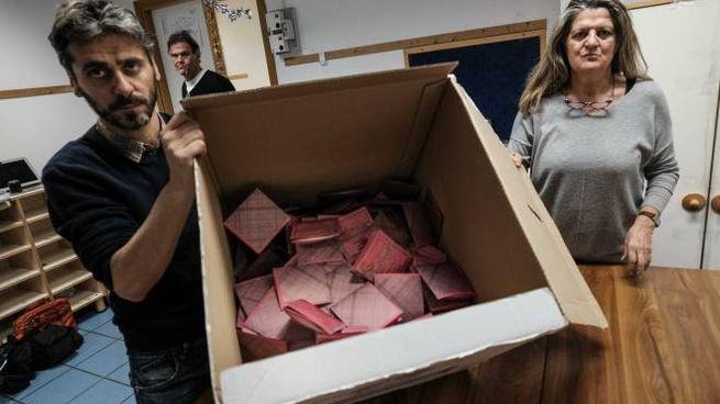 Lo scrutinio delle europee in un seggio (New Press Photo)