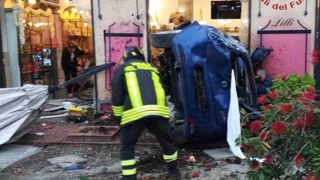 SOTTO CHOC A sinistra, l'auto finita contro il locale, a destra il barista Daniele La Corte  (la sua foto dal profilo fb)