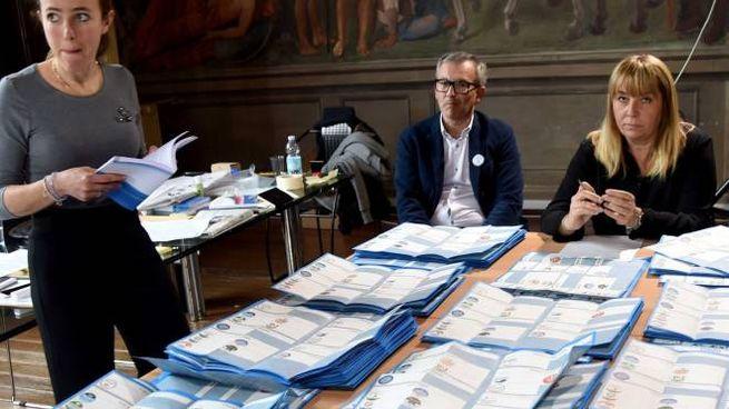 Grande lavoro nelle varie sezioni elettorali con lo scrutinio delle schede
