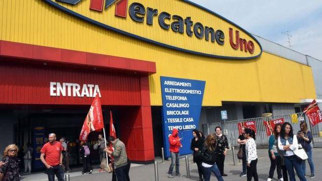 Presidio dei lavoratori alla Mercatone Uno di Cesano Maderno