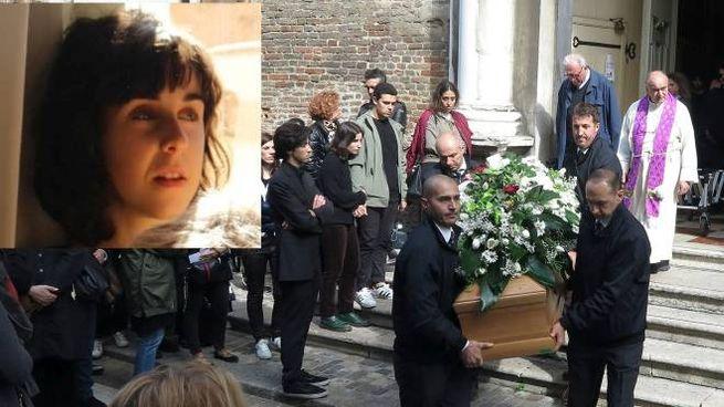I funerali di India Muccioli (nel riquadro)