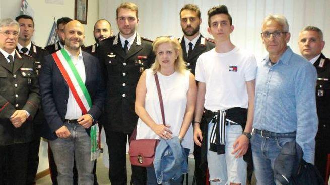 Mariacatena e Sergio Venuti con il figlio minore e il sindaco Paolo Gobbi nella caserma d