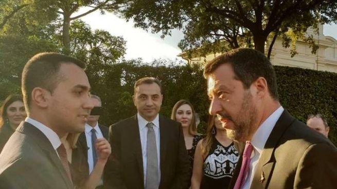 Salvini-Di Maio stretta di mano (Dire)