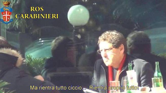 """'Ma rientra tutto' dice Salvatore Buzzi, braccio destro di Massimo Carminati nella cupola affaristica romana, in un fermoimmagine di un video di un'intercettazione telefonica dei carabinieri del Ros contenuta nell'ordinanza dell'inchiesta """"Mondo di mezzo"""", Roma, 3 dicembre 2014.  ANSA / UFFICIO STAMPA CARABINIERI ROS ++HO - NO SALES EDITORIAL USE ONLY - NO ARCHIVE++"""