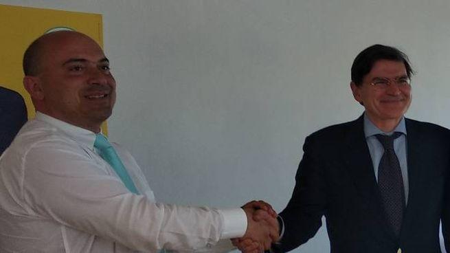 Simone Pugnaloni (a sinistra) e Dino Latini si stringono la mano
