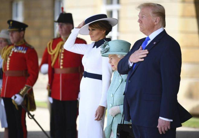 Trump a Londra, Melania in bianco dalla Regina. Omaggio a Audrey Hepburn