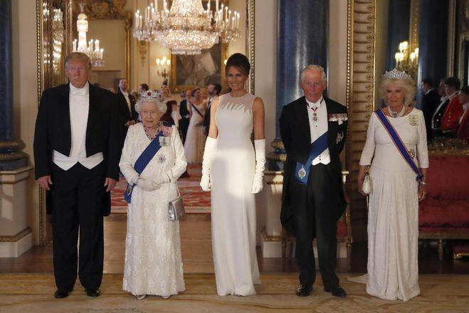Melania Trump a Londra, eleganza in bianco al banchetto della Regina