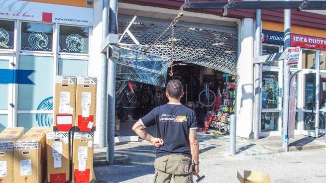 spaccata con la gru al negozio di biciclette cronaca
