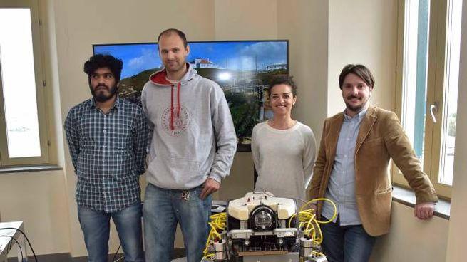 Il team di ricercatori con il robot-granchio (Foto Novi)