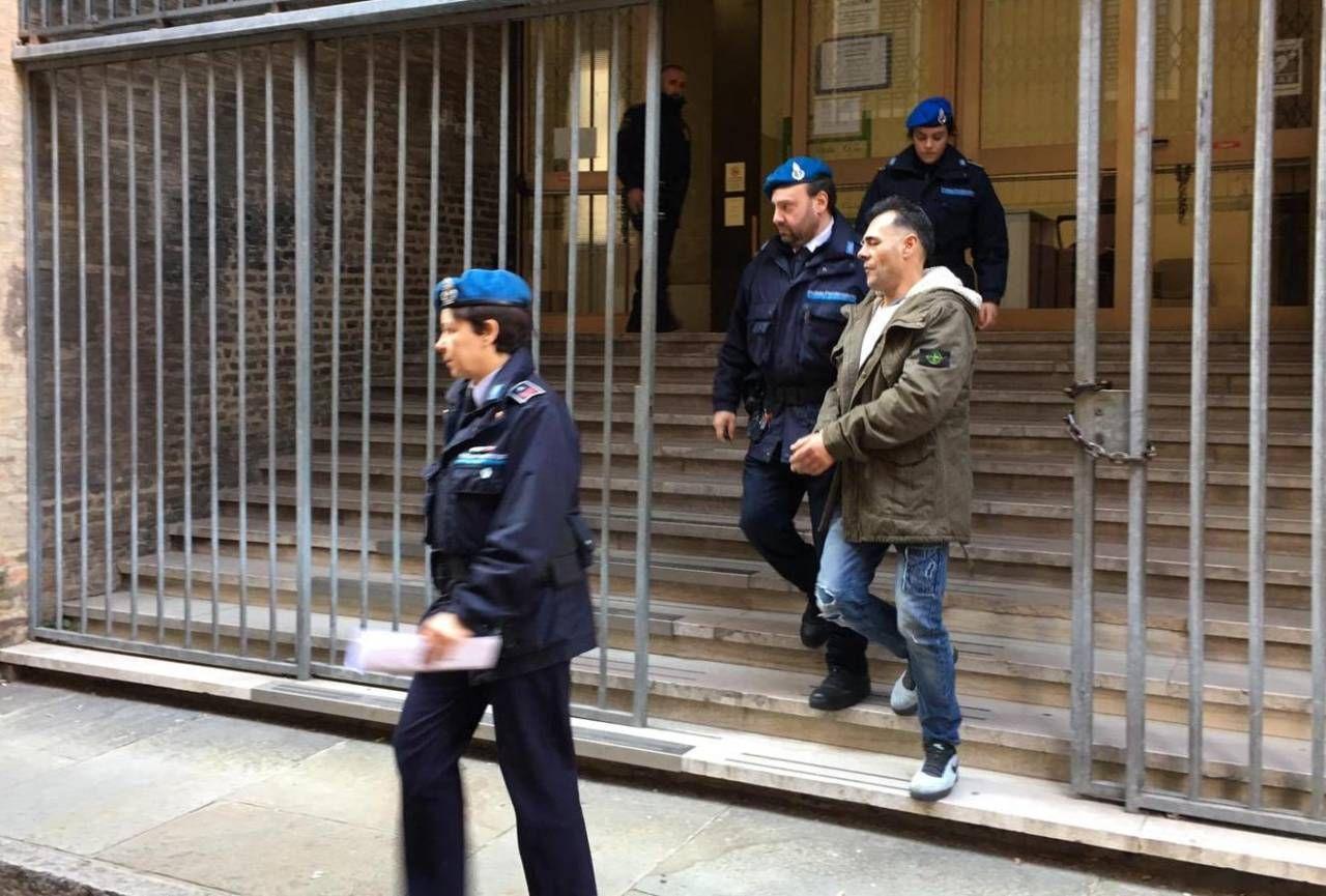 A sinistra Arietta Mata. Qui sopra, Pasquale Concas scortato in tribunale dalla polizia penitenziaria.
