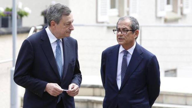 Il presidente della Bce Mario Draghi e il ministro dell'Economia Giovanni Tria (Ansa)