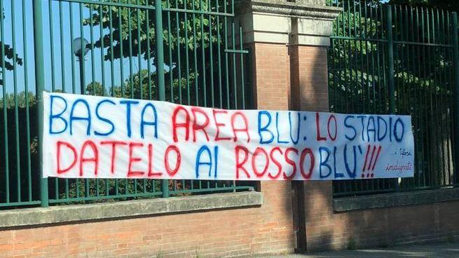 Lo striscione spuntato questa mattina all'esterno dello stadio Romeo Galli