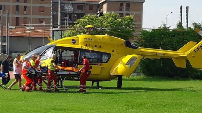 Guastalla, malore in piscina: il giovane viene caricato sull'elicottero