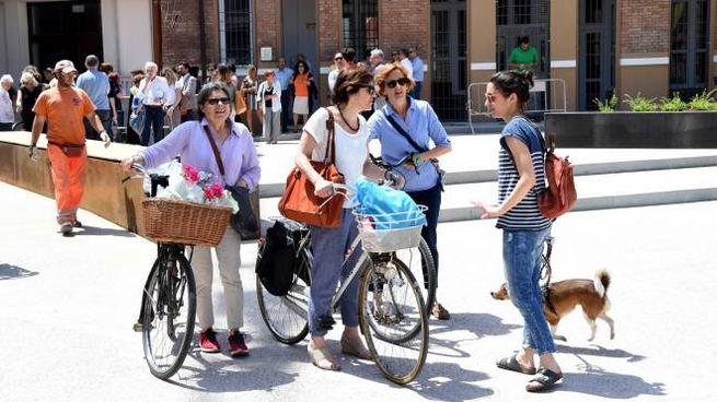 Uno scatto che ritrae le prime cicliste a passeggio sulla nuova piazza Verdi durante l'ina