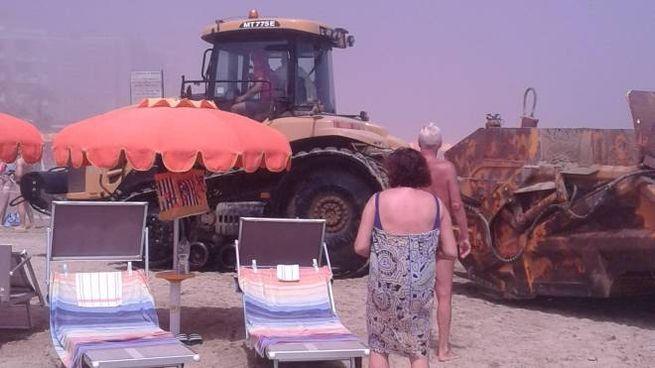 Pesaro, un po' di foschia in spiaggia