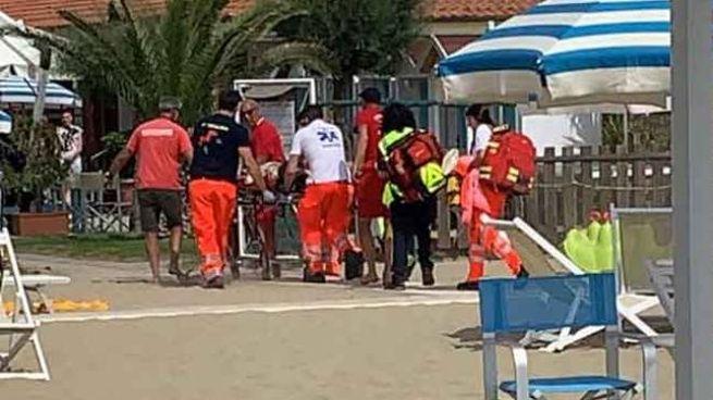 Grave incidente in mare a Viareggio dopo un tuffo (foto Umicini)