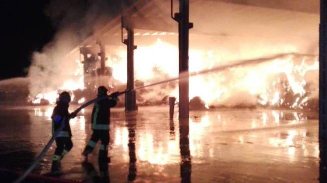 Incendio a Bondeno, rotoballe in fumo