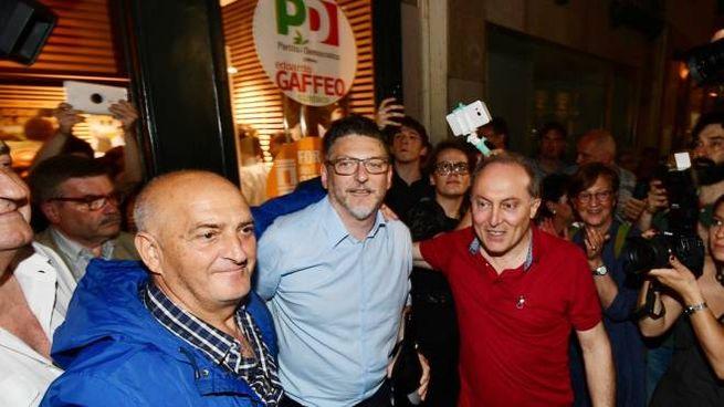 Edoardo Gaffeo festeggia con i sostenitori (Donzelli)