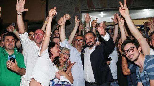 Alan Fabbri, nuovo sindaco di Ferrara, festeggia la vittoria al ballottaggio (Ansa)