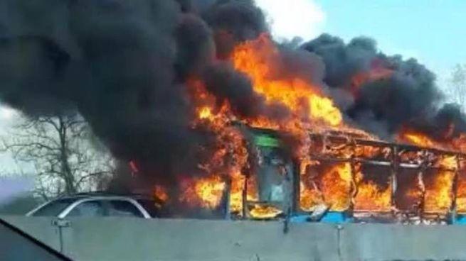 L'autobus incendiato a San Donato