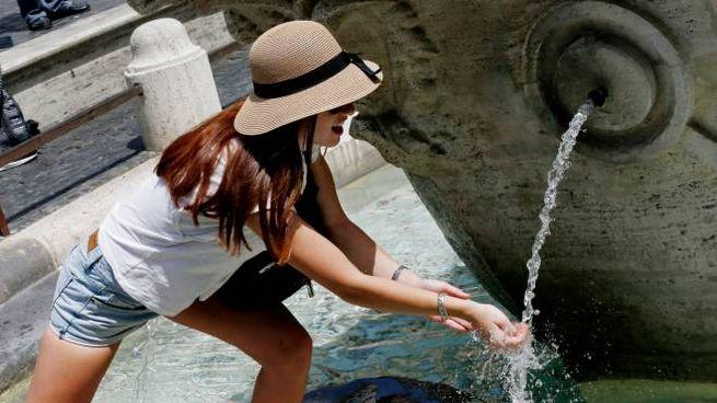 Meteo: arriva il caldo. Roma, turisti si bagnano nella fontana (Lapresse)