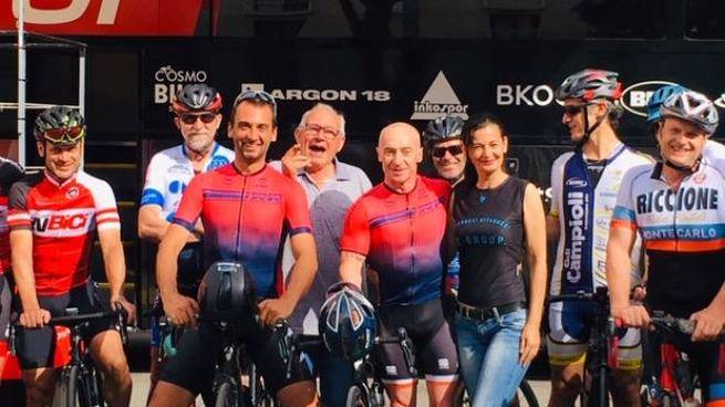 Juri Chechi assieme ai ciclisti che hanno pedalato con lui