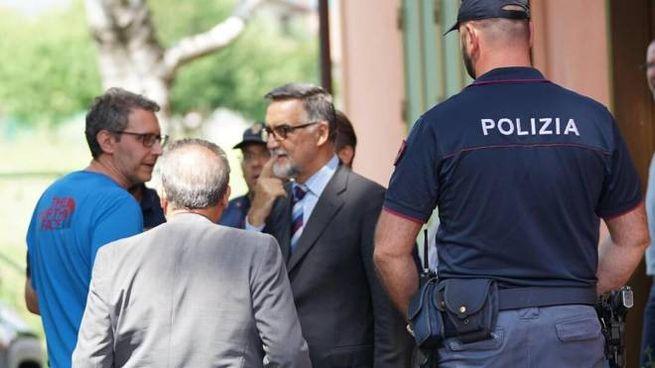 Il procuratore di Ivrea Giuseppe Ferrando all'esterno della tabaccheria (Ansa)
