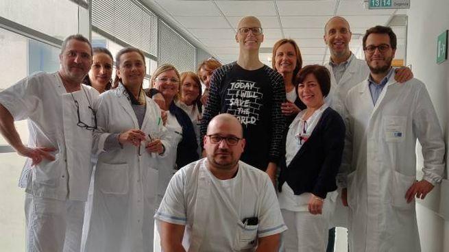 Il paziente Mirko, il primario di chirurgia Marco Arganini e tutta l'équipe medica