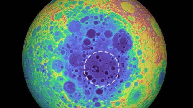 Nell'area cerchiata, l'anomalia in corrispondenza del South Pole-Aitken Basin