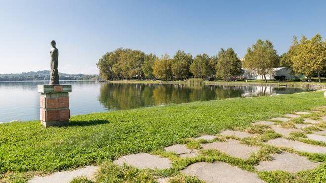 Un tratto del Lago di Gavirate, sulla facile pista ciclabile