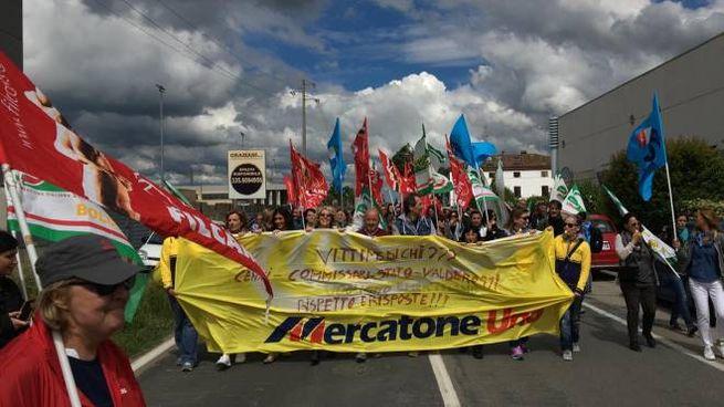 I lavoratori di Mercatone Uno in un sit in di protesta