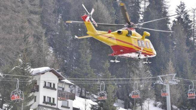 Gli elicotteri dei soccorsi in azione dopo la valanga caduta al colle di Chamolé