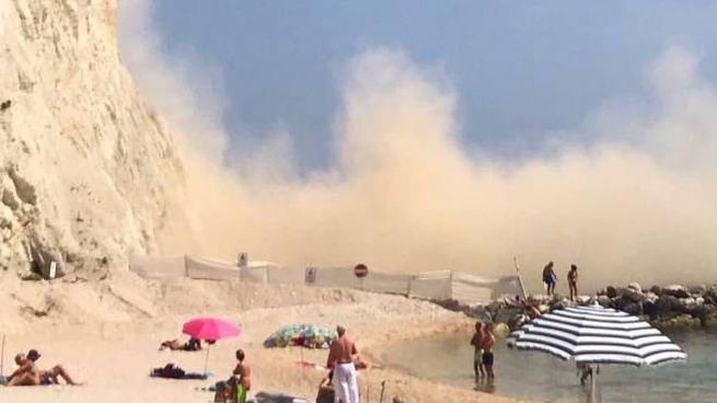 La vicina spiaggia del Frate era piena di bagnanti quando ha ceduto la Falesia