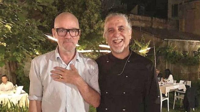 Michael Stipe (a sinistra) con lo chef Mario Ferrara