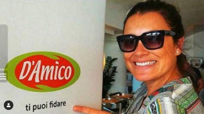 """Alena Seredova con il cartello """"D'Amico, ti puoi fidare"""" (Foto Instagram)"""
